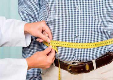 hombre obeso con cinta métrica