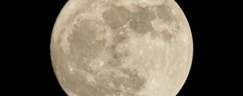 Luna pierde agua