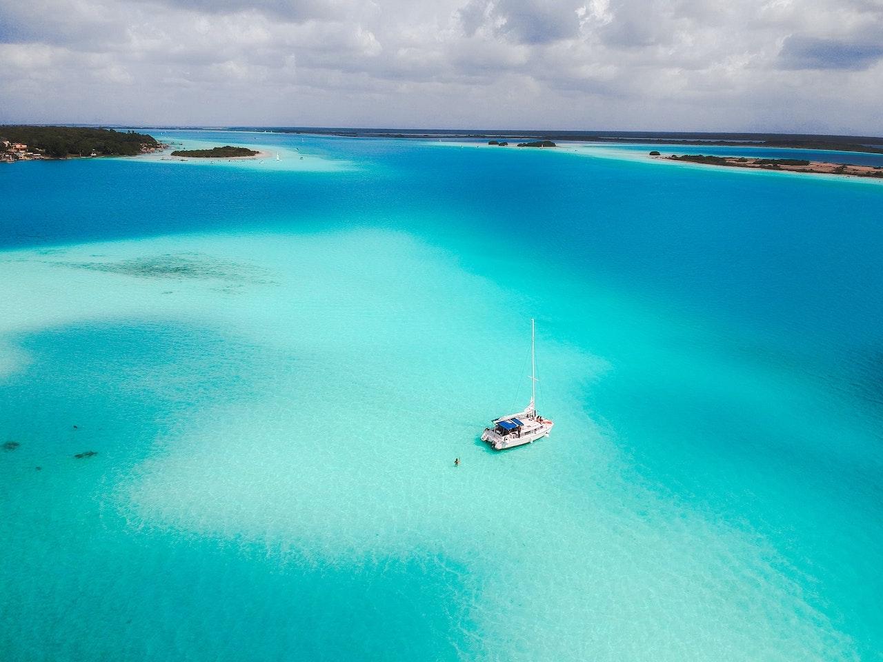 Barco flotando en la laguna de Bacalar
