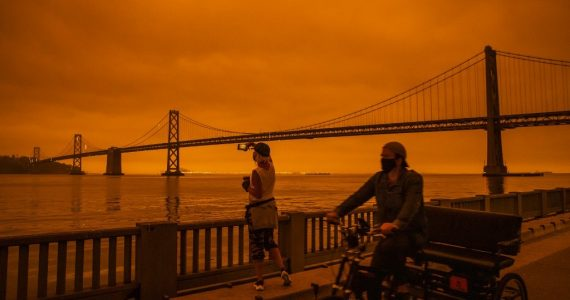 Los incendios en California tiñen el cielo de rojo