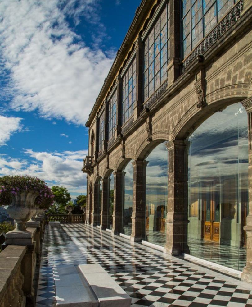 porfirio díaz mandó instalar un vitral en el segundo piso del alcázar del castillo de chapultepec