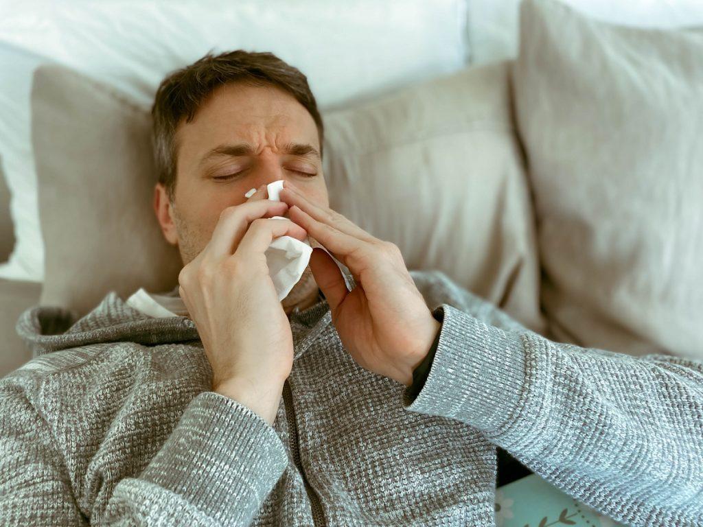 hombre maduro enfermo gripe catarro covid 19 enfermedades infecciosas