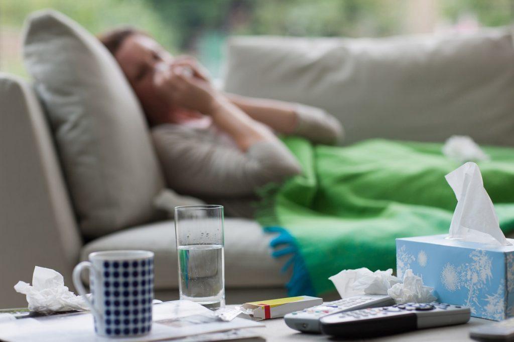 Enfermedades respiratorias mujer en sillon taza