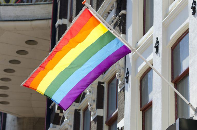 Bandera del orgullo gay en edificio