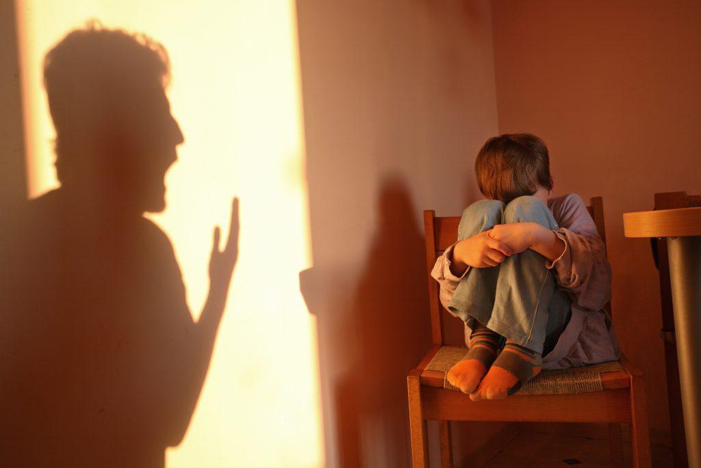 Niño sufre maltrato infantil al ser regañado por su padre