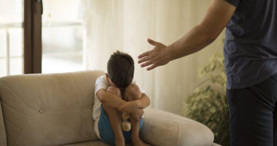 Menor sufriendo maltrato infantil en su familia