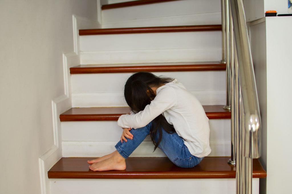 Niña sufre maltrato infantil