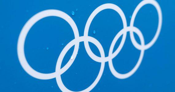 Aros olímpicos sobre fondo azul
