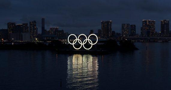 Bahía de Tokio con logo de los Juegos Olímpicos