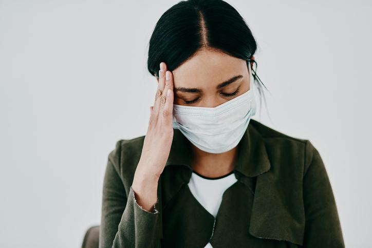 sintomas prolongados de covid dolor de cabeza