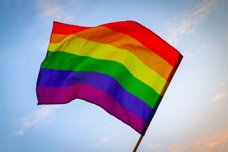 bandera lgbtiq+ gay que significan los colores cual es su origen