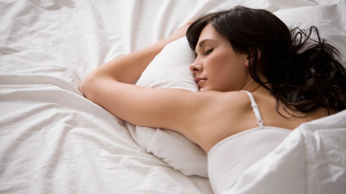Forma de dormir: la posición de caída libre y su significado en su personalidad