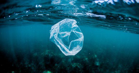 ¿Por qué está desapareciendo el plástico en los océanos?