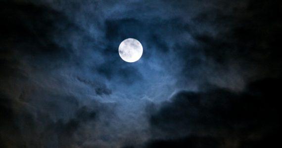 por que brilla la luna