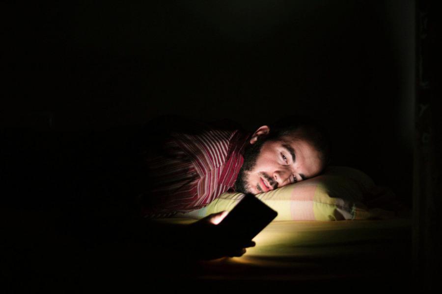Por qué es malo el uso del celular antes de irse a dormir