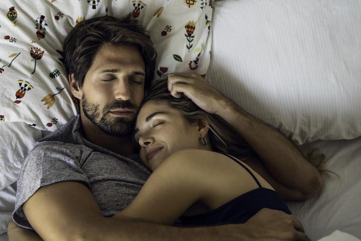 satisfacción de una relación en pareja se nota al dormir